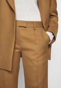 Tiger of Sweden - VERBENA - Spodnie materiałowe - dark honey - 4