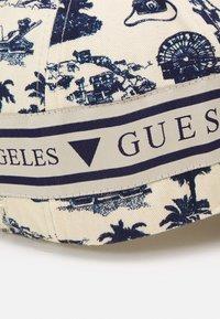 Guess - UNISEX - Czapka z daszkiem - white/blue - 3