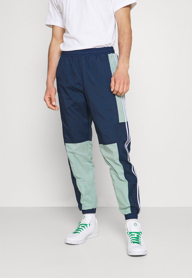 adidas Originals - LIGHTWEIGHT UNISEX - Pantaloni sportivi - hazy green/crew navy