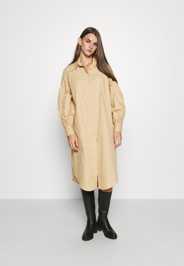 OVERSIZED POP - Košilové šaty - camel