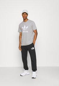 adidas Originals - TREFOIL T-SHIRT ORIGINALS ADICOLOR - T-shirt med print - medium grey heather/white - 1