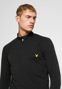 Lyle & Scott - PERFORMANCE SEAMLESS MIDLAYER - Sports shirt - true black marl - 3
