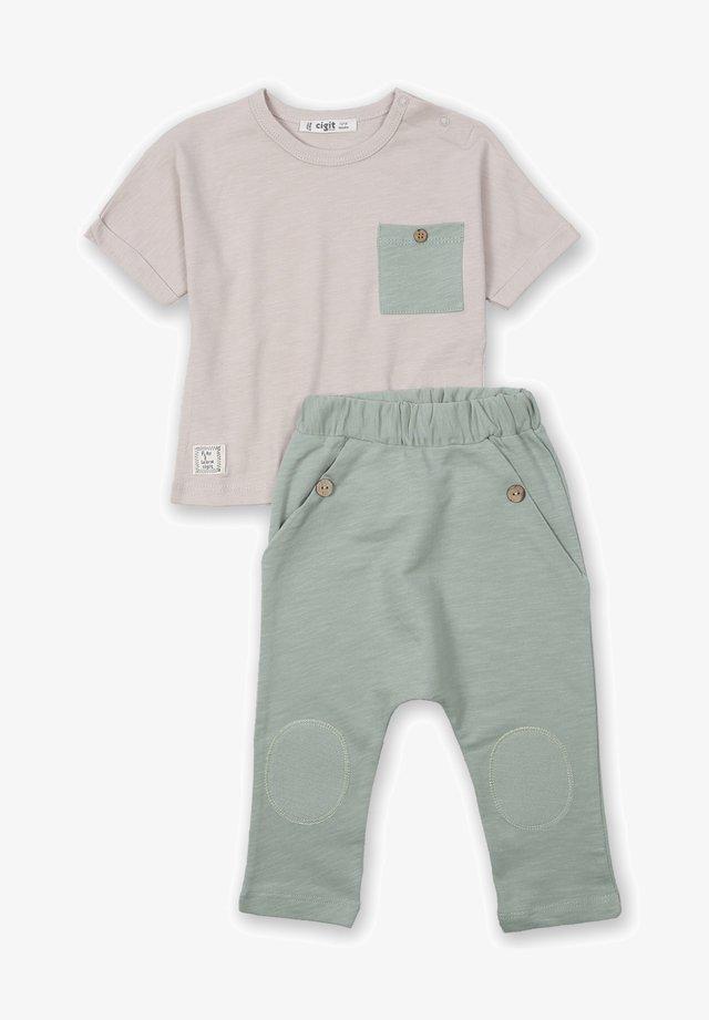 ARRAY PATCHED POCKET - Pantalones - beige
