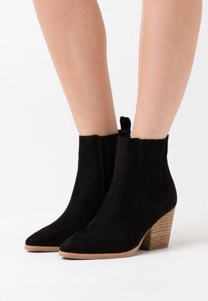 JOLENE GUSSET - Boots à talons - black