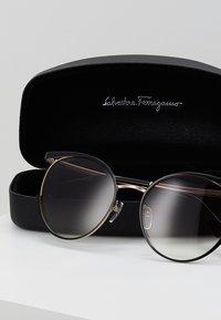 Salvatore Ferragamo - Solbriller - black/gold-coloured - 2