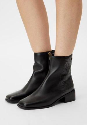 SHRINI - Korte laarzen - black