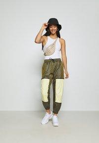Nike Sportswear - WVN ARCHIVE RMX - Teplákové kalhoty - olive flak/tea tree mist/white - 1