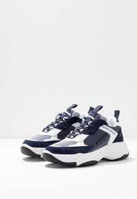 Calvin Klein Jeans - MAYA - Sneakers laag - white/navy - 4