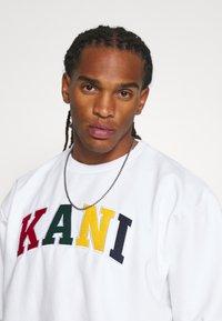 Karl Kani - SERIF CREW - Sweatshirt - white - 3