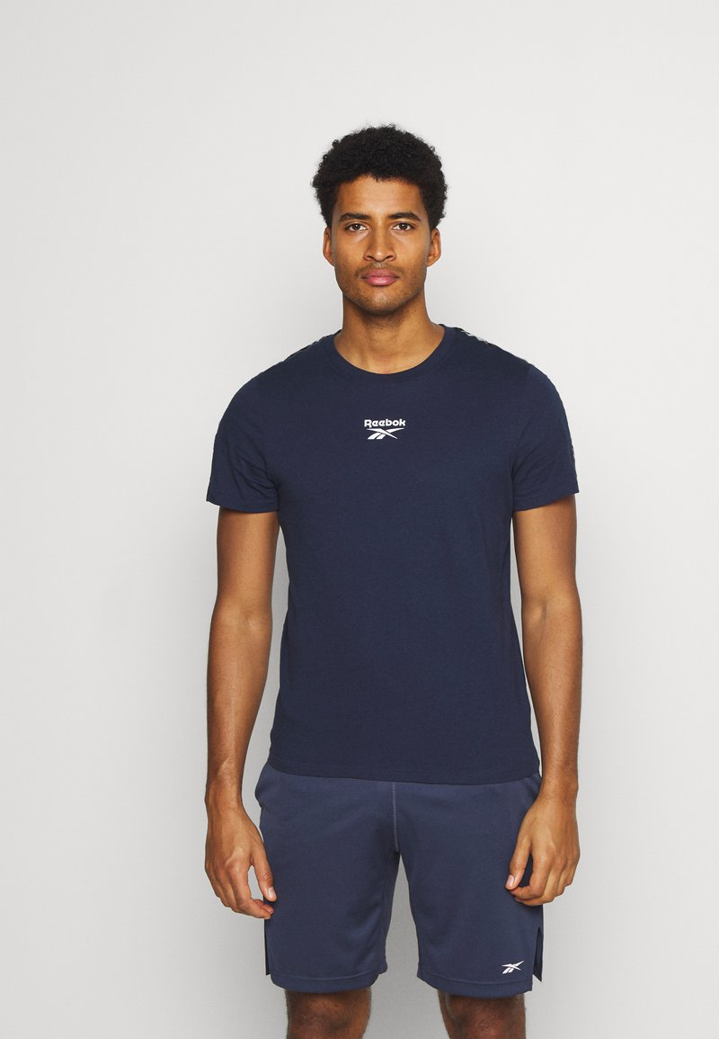 Reebok - TAPE TEE - T-shirt med print - dark blue