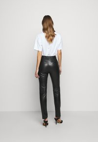 Victoria Victoria Beckham - DRAINPIPE TROUSER - Pantalon en cuir - black - 2