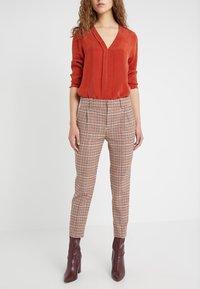 DRYKORN - LOAD - Kalhoty - orange check - 0