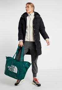 The North Face - STRATOLINE TOTE - Sports bag - night green/tin grey - 1