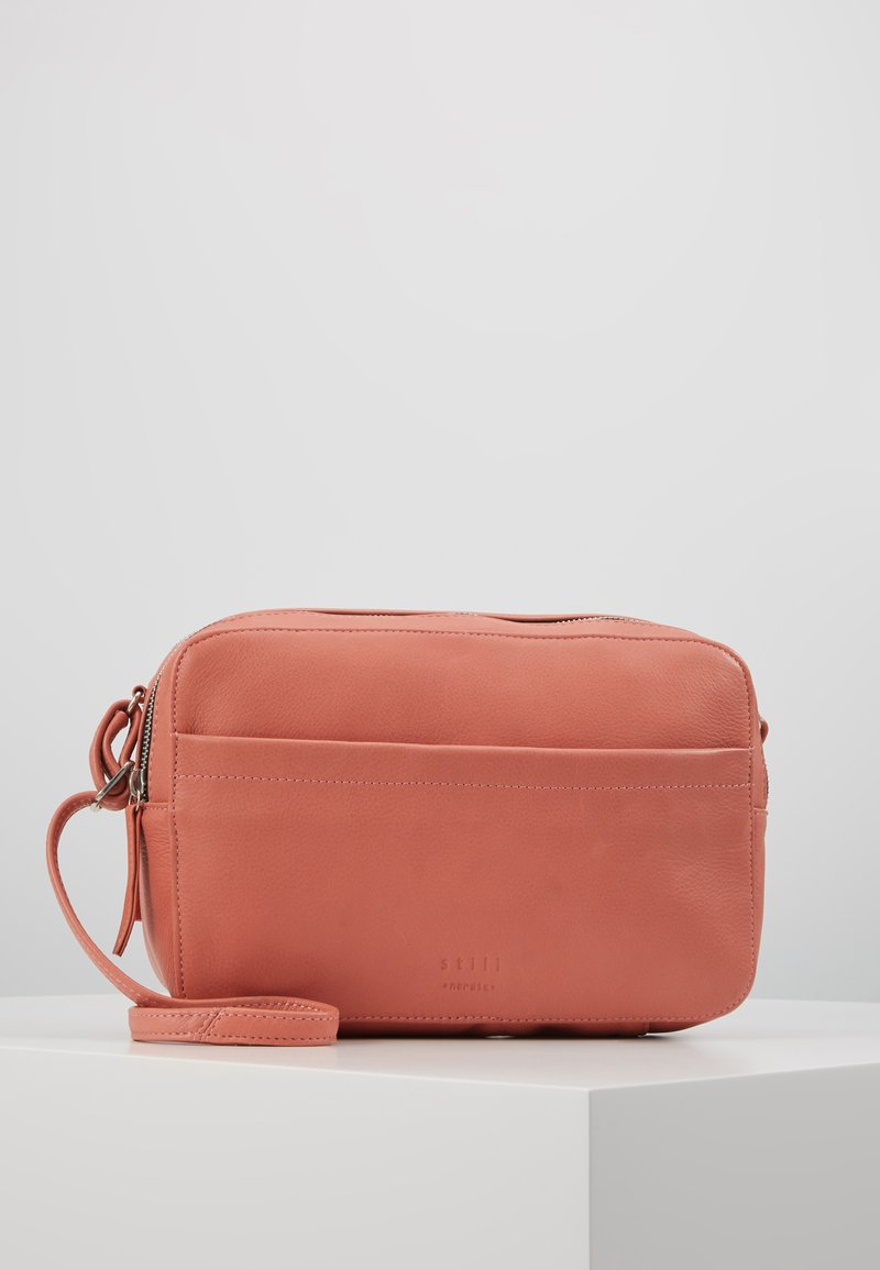 Still Nordic - ANOUK DOUBLE ZIP CROSSBODY - Umhängetasche - burn