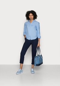 GAP - FITTED BOYFRIEND  - Button-down blouse - light blue - 1
