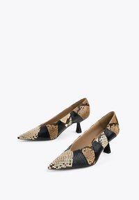 Uterqüe - MIT PRINT - Classic heels - black - 2