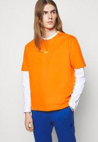 Holzweiler - HANGER TEE - Basic T-shirt - orange - 5
