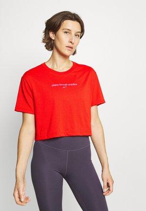 CROP YOGA - T-shirt print - chile red