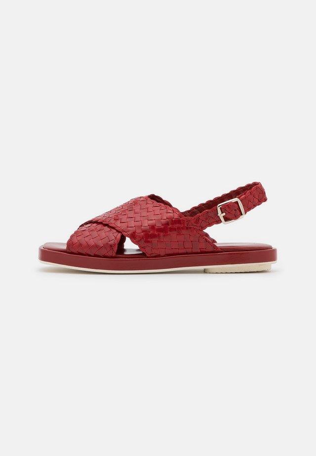 Sandaalit nilkkaremmillä - chili