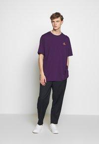 Vivienne Westwood - OVERSIZE - T-shirt basic - purple - 1