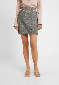 Fashion Union Tall - DELENA SKIRT FASHION UNION CHECK SKIRT WITH CHAIN BELT - Miniskjørt - black/white - 0