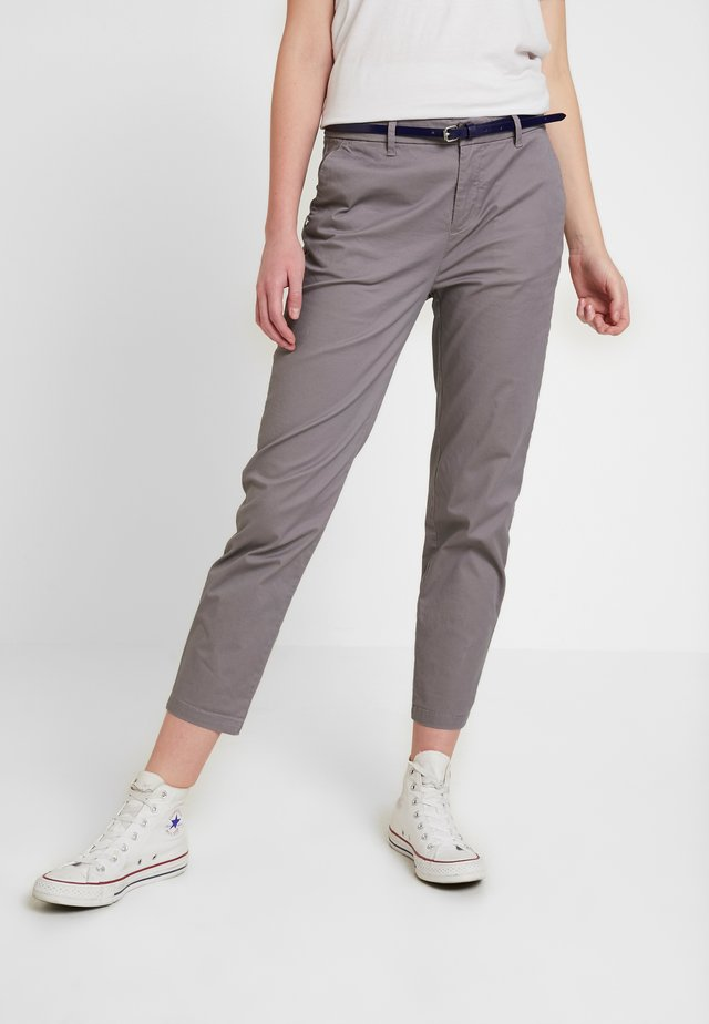 IN STRETCH WITH BELT - Pantalones chinos - grey