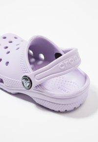 Crocs - CLASSIC - Chanclas de baño - lavender - 2