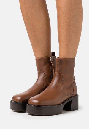 MONTERAL LOW PLATFORM BOOT - Kotníkové boty na platformě - tan