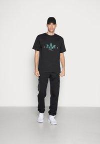 adidas Originals - TREFOIL SCRIPT - Print T-shirt - black - 1