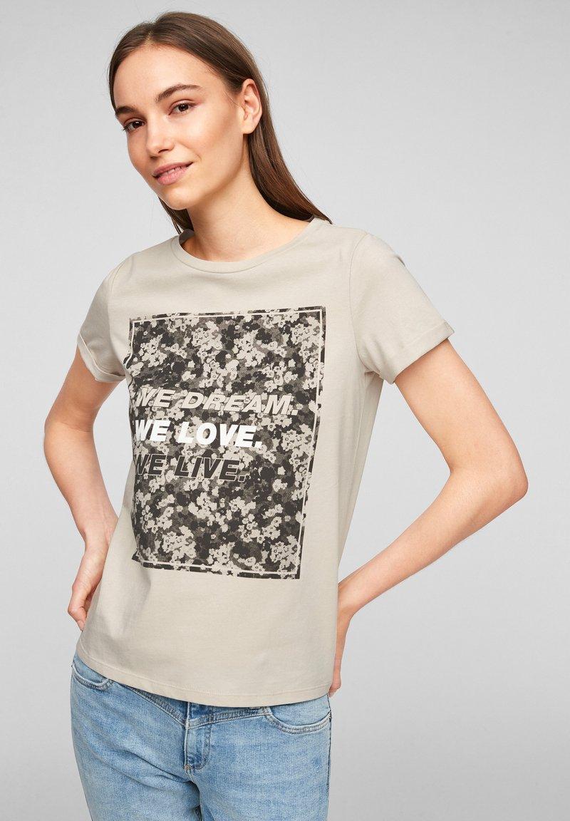 QS by s.Oliver - MIT FRONTPRINT - Print T-shirt - beige