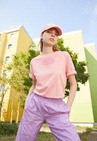 Von Dutch - ARI - Print T-shirt - peach - 2