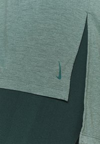 Nike Performance - LAYER - Basic T-shirt - hasta heather/light pumice/dark teal green - 4