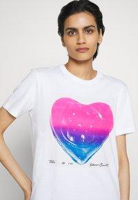 Coach - JELLO HEART - T-shirts print - white - 6