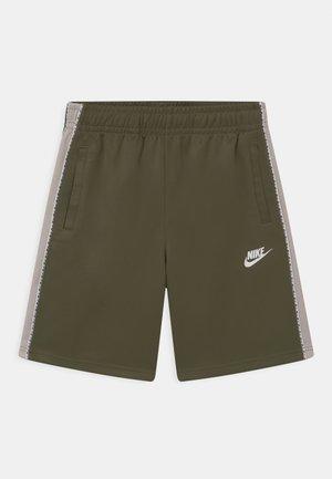 REPEAT - Shorts - medium olive/desert sand/white