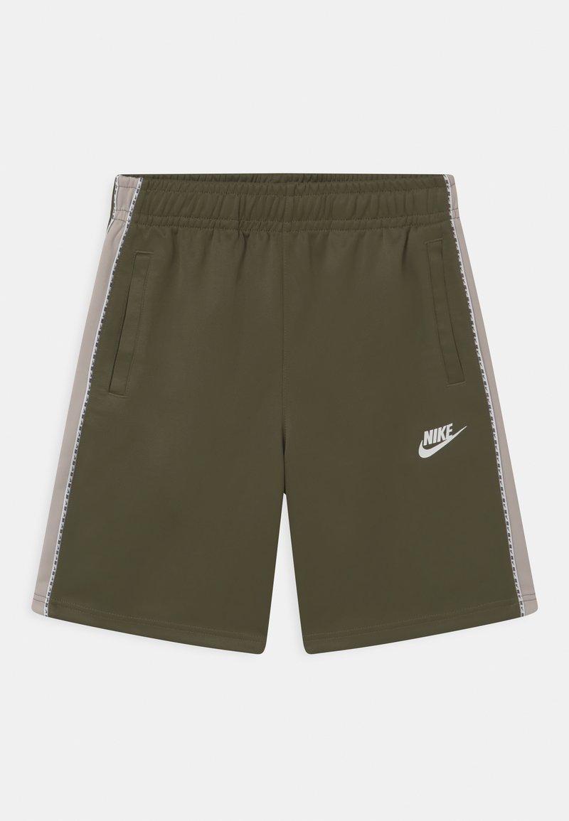 Nike Sportswear - REPEAT - Szorty - medium olive/desert sand/white