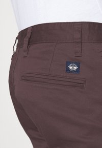 DOCKERS - ALPHA ORIGINAL  - Chinosy - raisin - 5