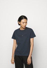 Holzweiler - SUZANA - Print T-shirt - dark blue - 3