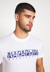Napapijri - SOLANOS - Camiseta estampada - bright white - 4