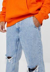 Bershka - MIT RISSEN - Jeans Straight Leg - blue denim - 3