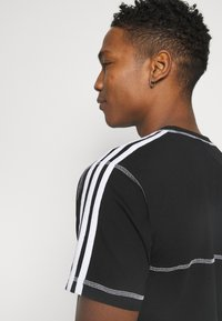adidas Originals - STITCH - T-shirts print - black - 3