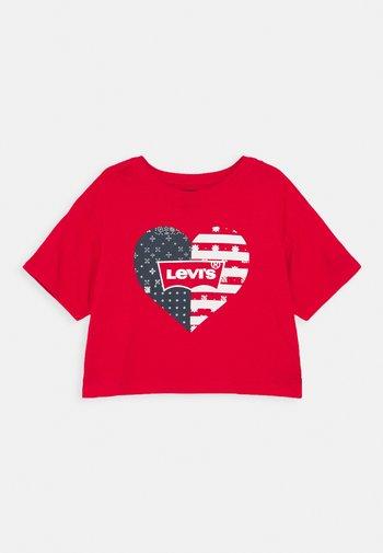 HIGH RISE TEE - Print T-shirt - super red