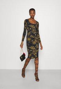 Versace Jeans Couture - Vestido ligero - black/gold - 1