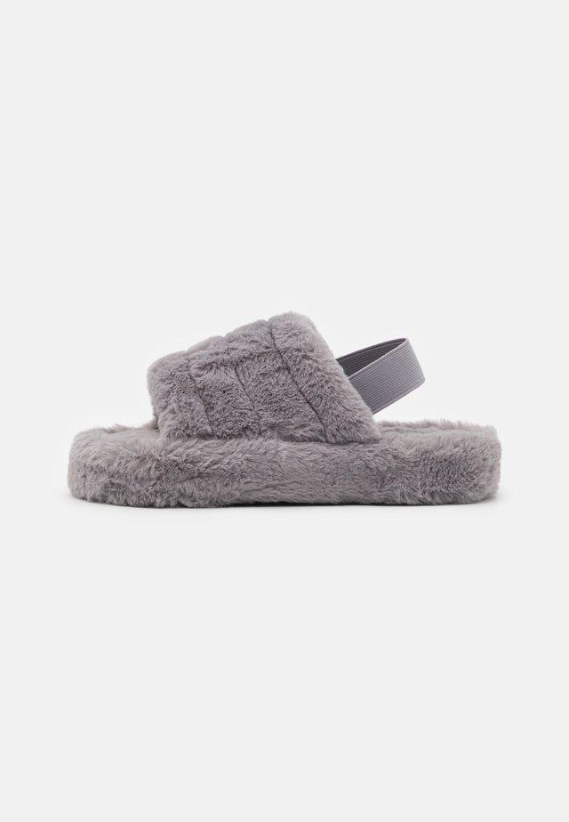 GIA - Slippers - grey