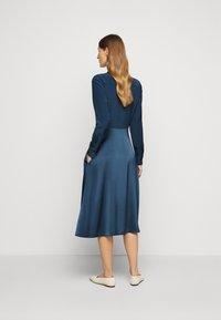 Victoria Victoria Beckham - BUTTON FRONT MIDI DRESS - Abito a camicia - blue slate - 2