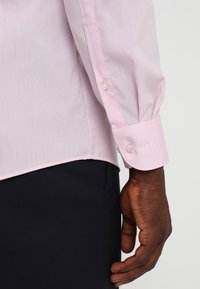 OLYMP Level Five - OLYMP LEVEL 5 BODY FIT - Formal shirt - pink - 3