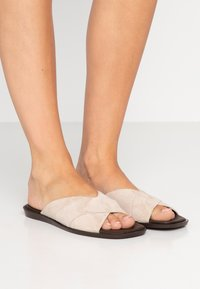 Filippa K - LEONA CROSS - Pantofle - sand - 0