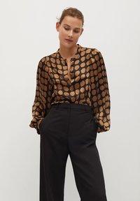 Mango - GEOMETRISCHEM MUSTER - Button-down blouse - karamell - 0