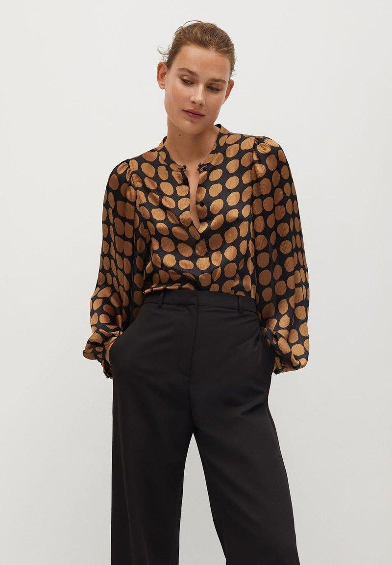Mango - GEOMETRISCHEM MUSTER - Button-down blouse - karamell