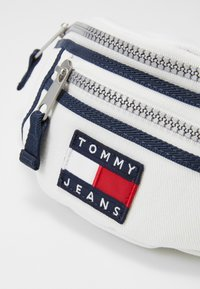 Tommy Jeans - HERITAGE BUMBAG CNVS - Bum bag - white - 5