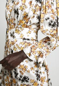 Victoria Victoria Beckham - TIE SLEEVE DRESS - Shirt dress - ditsy mustard - 6